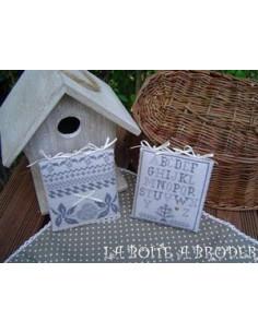 La boîte à broder - Carré romantique gris